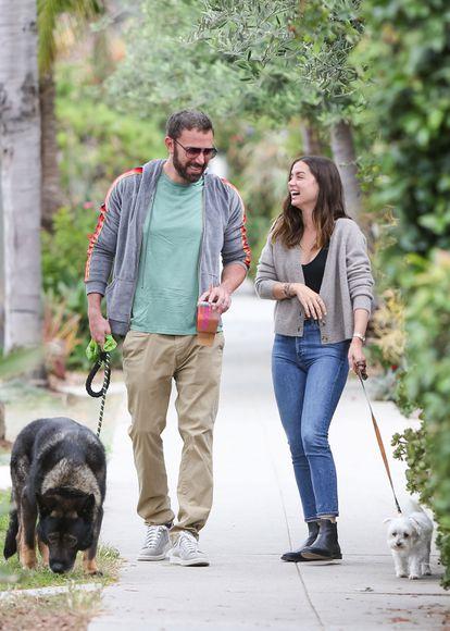 Ben Affleck y Ana De Armas, por las calles de Venice, California.