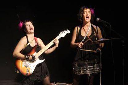 Marta Sitjá y Nía Cortijo en 'Abandóname mucho'.