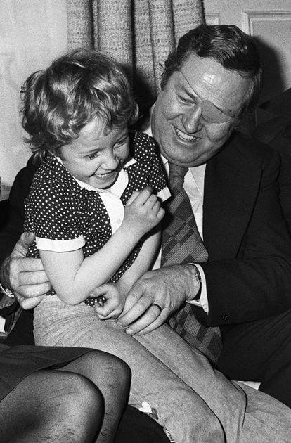 Jean-Marie Le Pen juega con Marine en su casa, en 1974.