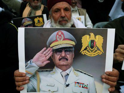 Un hombre libio muestra su cartel en apoyo al mariscal Jalifa Hafter.