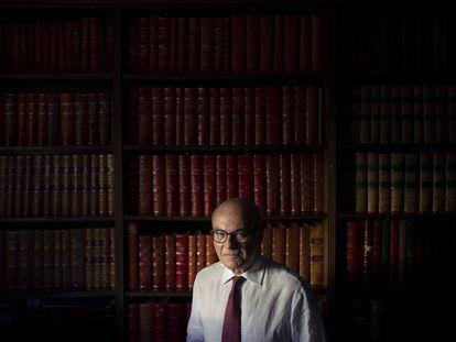 El cardiólogo José Luis López-Sendón, coautor del ensayo de la colchicina, fotografiado en el despacho de su casa, en Madrid.