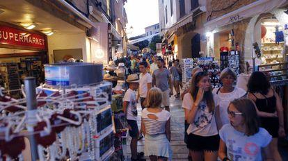 Calle comercial llena de turistas en Alcudia (Mallorca).