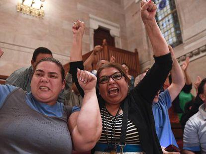Inmigrantes celebrando la adopción de la Green Light Bill