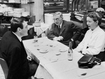 Simone de Beauvoir junto a Jean-Paul Sartre y Claude Lanzmann cenando en un restaurante de París.