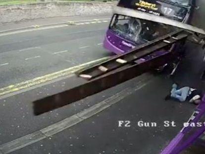 Simon Smith, de 53 años, salió por su propio pie del accidente, en la ciudad de Reading, en Reino Unido