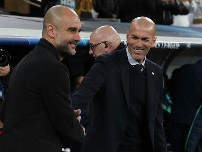 Guardiola y Zidane se saludan al inicio del Real Madrid-Manchester City de febrero en el Bernabéu.