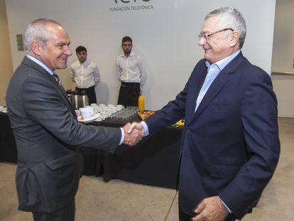 Antonio Caño, director de EL PAÍS, saluda al escritor y columnista, Moisés Naim, a su llegada al acto.