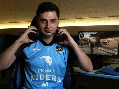Óscar 'Mixwell' Cañellas, el mejor jugador español del videojuego Counter Strike Go, en la sede de Movistar Riders en Matadero (Madrid).