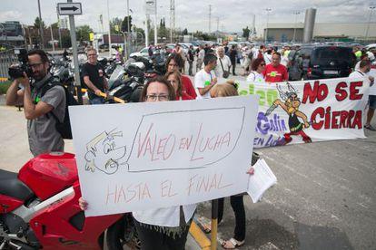 Trabajadores de Valeo protestan en la sede de Nissan en la Zona Franca.