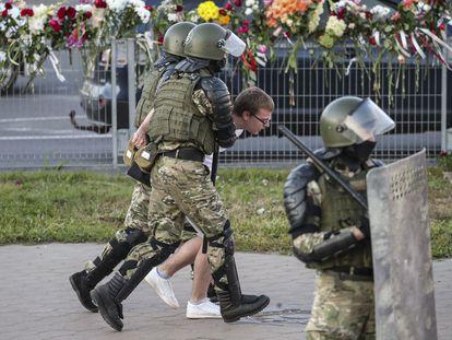 Dos uniformados arrestan a un manifestante el martes en Minsk.