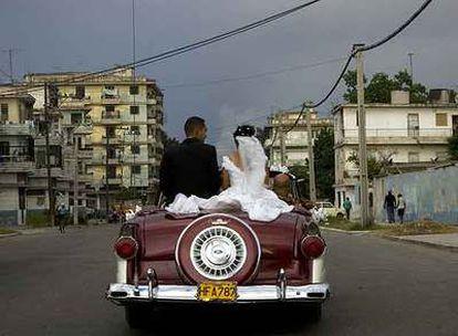 Una pareja de recién casados se pasea en coche, el lunes pasado, por La Habana.