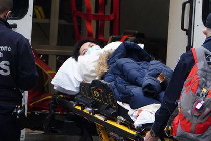 Una paciente de covid es trasladada a un hospital en Nueva York.