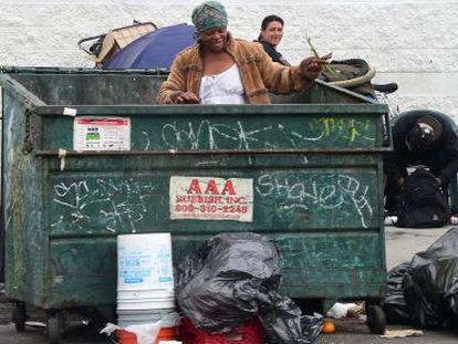 Varias personas buscan entre la basura de Los Ángeles (EE UU).