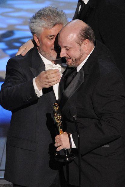 Almodóvar habla con Campanella tras entregarle el Oscar a la mejor película extranjera.