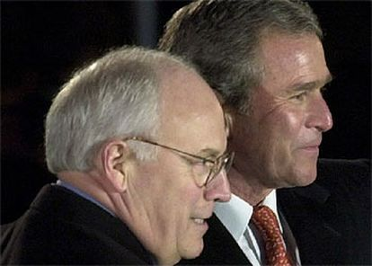 Dick Cheney (izquierda), junto al presidente Bush, cuando ambos tomaron posesión de sus cargos, en 2001.  A la izquierda, un pedido de la empresa iraní Kala a Halliburton para que envíe material a Irán. A la derecha, declaración de Halliburton a la Comisión de Valores de EE UU en la que reconoce sus operaciones con Irán y Libia.