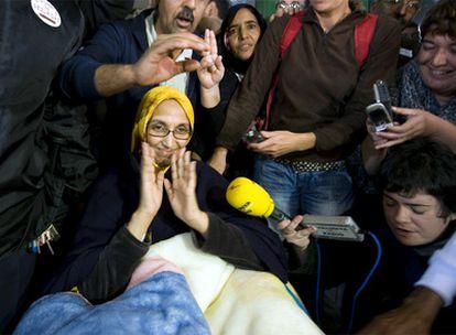 La activista saharaui Aminetu Haidar saluda a los medios al salir del hospital de Lanzarote