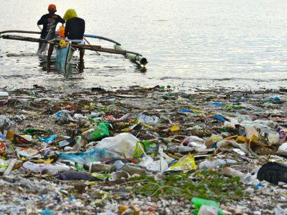 Aunque el plástico es más visible en la costa, la mayoría acaba en las zonas centrales de los océanos. En la imagen, en Freedom Island, en Manila, Filipinas.
