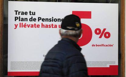Oferta de planes de pensiones en una oficina bancaria de Madrid.