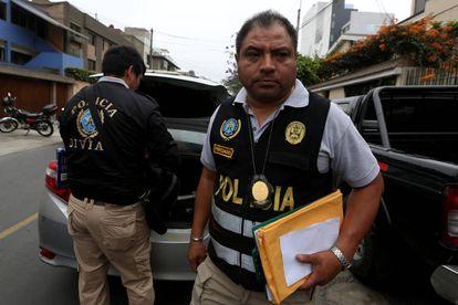 La policía peruana afuera de la oficina de Fujimori tras la redada