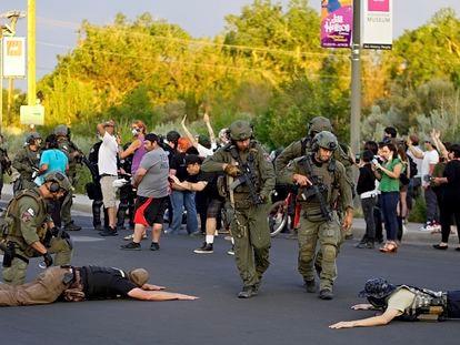 La policía detiene a miembros de la supuesta milicia tras los disparos en la manifestación de Albuquerque, el domingo.