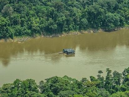 Barcazas ilegales que hacen extracción de minerales en la Amazonia.