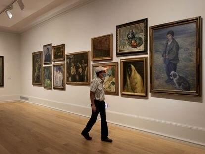 Un visitante contempla una de las obras en el Museo de Bellas Artes de Bilbao este lunes.