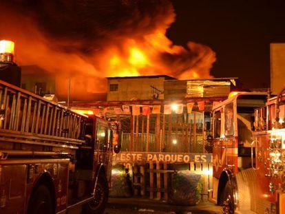 Los bomberos trabajaron por más de 12 horas para combatir las llamas.
