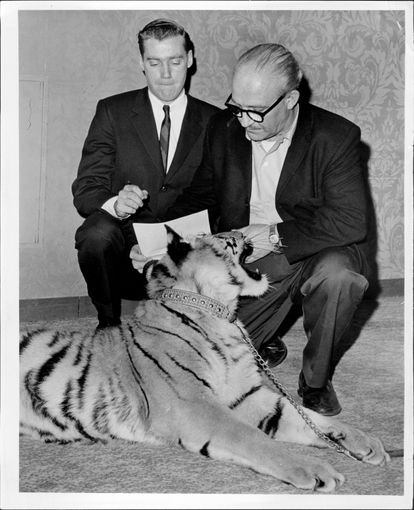 Fred Trump Jr., el padre de Mary L. Trump, firma un contrato con Murray Zaret (der.), productor del Festival de mascotas y Exposición de cría, en 1966.