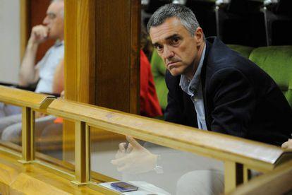 Jonan Fernández, secretario de Paz del Gobierno vasco, asiste al pleno que ha aprobado la ley de víctimas de abusos policiales.