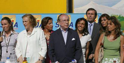 El matrimonio Ruiz-Mateos, con seis de sus hijos.