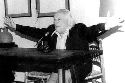 Rafael Alberti, en un momento de la lectura de sus poemas en el bar La Tertulia de Granada, en 1982.