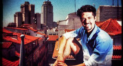 El fotógrafo Asier Rua posa en una azotea de Madrid.