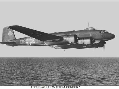 Un avión alemán Focke-Wulf Fw 200 Cóndor en vuelo sobre el mar.