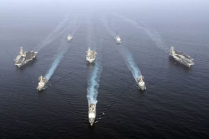 Barcos de guerra de Estados Unidos cruzan el estrecho de Ormuz en 2007.