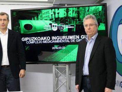 El diputado general de Gipuzkoa, Markel Olano, y el titular de Medio Ambiente, José Ignacio Asensio, en la presentación de las obras del centro de residuos de Zubieta.