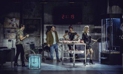 Los actores Leo Rivera, Antonio Molero, Marina San José y Kira Miró durante la representación de la obra 'Escape Room'.