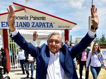 El presidente López Obrador, durante una visita a una escuela en junio.