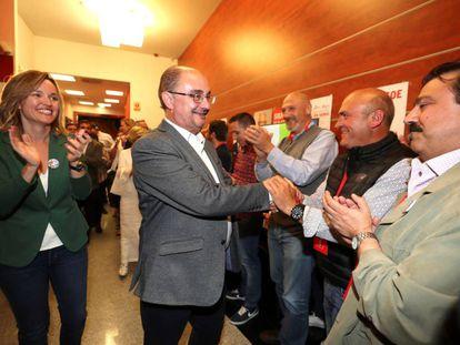 Javier Lambán, candidato a presidente del Gobierno de Aragón, y Pilar Alegría , candidata a la alcaldía de Zaragoza, celebran la victoria de su partido en Aragón.