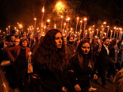 Varias personas participan este sábado en una procesión tradicional de antorchas para conmemorar el 106º aniversario del genocidio armenio, en Ereván (Armenia).