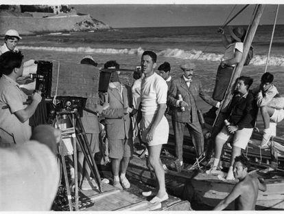 Luis García Berlanga, en el centro, durante el rodaje de 'Novio a la vista', en Benicàssim, en 1953, en una imagen cedida por la Filmoteca valenciana y el Berlanga Filme Museum.