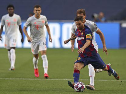 Messi conduce el balón durante el choque ante el Bayern.