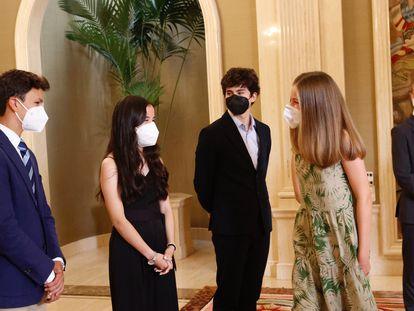 La princesa de Asturias saluda a sus nuevos compañeros, durante la recepción en el palacio de la Zarzuela, este miércoles.
