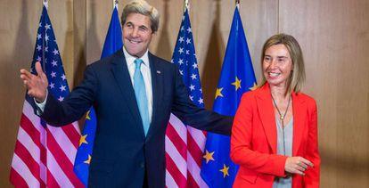 John Kerry y Federica Mogherin, este lunes en Bruselas.