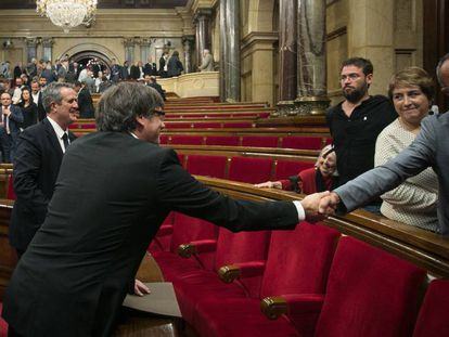 Puigdemont saluda Joan Coscubiela (Catalunya sí que es Pot) en el Parlament.
