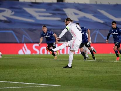 Sergio Ramos lanza el penalti que supuso el 2-0 del Madrid.