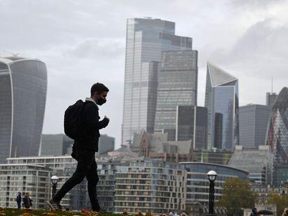 Un peatón camina por la ribera sur del Támesis con el  fondo de la City de Londres, el pasado 21 de noviembre