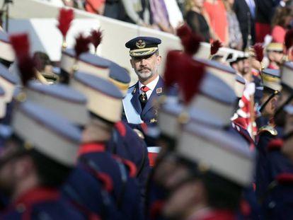 El rey Felipe VI pasa revista a las tropas.