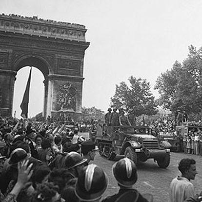 El <i>Guernica,</i> un vehículo blindado de la División Leclerc, desfila ante el Arco del Triunfo tras la liberación de París.