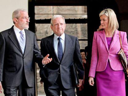 Esteban Morcillo, Pascual Sala y Gabriela Bravo, antes de la conferencia en la Universidad de Valencia.