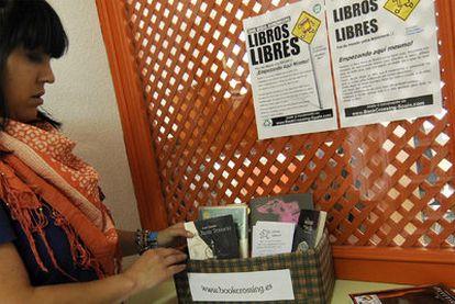 Melina López, <i>Petitejolie</i>, ante el punto de liberación de la Biblioteca Municipal de Frigsa (Lugo).